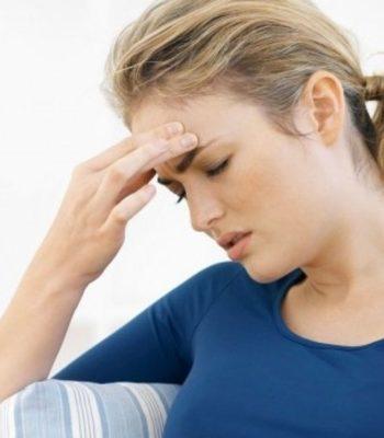Почему болит голова над бровями