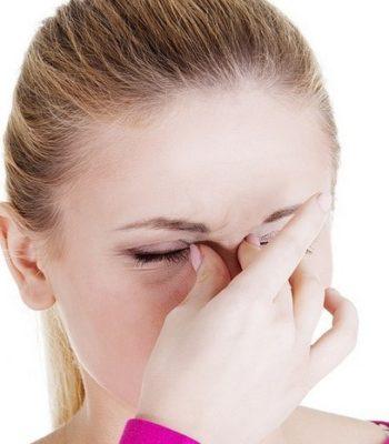 Почему болит голова в области лба и как убрать боль