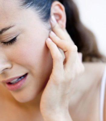 Почему болит голова и закладывает уши